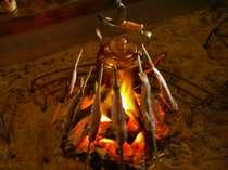 囲炉裏を囲んでイワナの炭火焼き