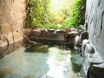 緑に囲まれた貸切露天で水入らずの湯浴みを(45分/1200円)。