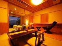 客室はベッドルーム×和室。全室、展望温泉風呂&テラス付。