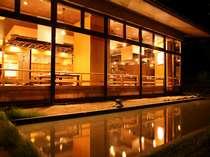 温かな灯りをともすお食事処。中では温かいお食事とおもてなしに満ちた至福の時間が