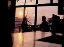 夕景を眺めながら見目麗しいお食事を満喫