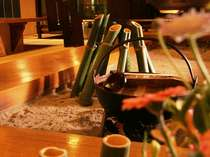 囲炉裏を囲むしっとりとしたお食事処でゆったりとお食事を
