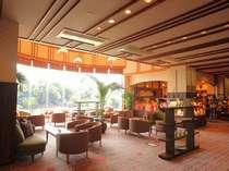 【佳松苑本館】共通のロビーには窓辺に柔らかな灯りのカーテンがかかります。