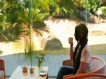 【佳松苑本館】庭園を眺めるロビー。香り高い挽きたて珈琲でゆったりと
