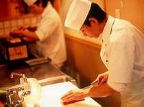 繊細なお料理を創作する料理人がカウンターにて巧の技を披露する