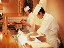 お食事処はオープンキッチン 熱いものは熱く提供できる