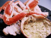 板前が絶妙な焼き加減に仕上げて供される焼ガニは、香ばしい香りが食欲をそそる