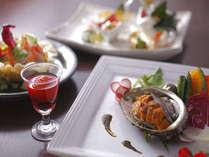 雲丹と鮑の炭火焼ほか、目にも麗しい料理の数々が食卓を賑わす[海鮮炭火焼会席]