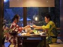 囲炉裏を囲む専用食事処にてゆったり夕食タイム。プライベート感がほどよく保たれた会話も弾む空間