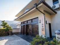 *外観/箱根の山並みと湯河原の町並みを見渡せる高台にございます。