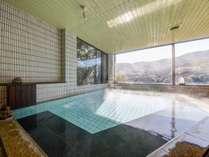 *温泉/大浴場では箱根連山と岩戸山の山並みを眺めながらゆっくりと温泉をお楽しみいただけます。