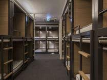 カプセルルームは寝台列車をイメージした居心地の良さを追及した2段ベッド。