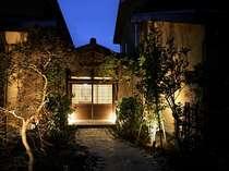 【玄関】ふるさとの家を感じさせる外観、小さな小さな里山の宿にようこそ