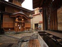 [大湯]外湯の中でも一番大きく立派な建物の大湯。野沢のシンボルとも言われています。