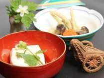 女将特製の胡麻豆腐は人気の1品。ふわふわでとろける口どけ。