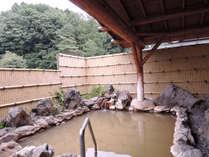 *露天風呂(男湯)八ヶ岳の硫黄岳から流れる湯川渓谷に古くから涌き出る温泉を利用しています。