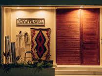 洋服屋と見せかけた作りで、長い扉を開けると、海外に来たかのような異空間が広がる。