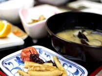 *ご朝食一例 地元・小川原湖産のシジミのお味噌汁が自慢の和定食をどうぞ。