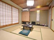 *当館のスタンダードな客室。部屋のしつらえはそれぞれ異なります。