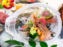 氷のかまくらでひんやりといただく鮮魚のお造り。