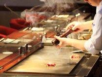 【ご夕食】メインのお肉は料理人が鉄板カウンターで調理。焼き立てをお届け致します。※イメージ画像
