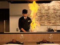 ライブキッチンでは料理長のパフォーマンスも