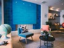 〝凪〟をイメージした青いタイルが印象的なラウンジ