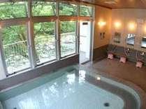 【岩戸温泉】さらっとした湯が心地よい岩戸温泉。窓からは四季折々の自然の景色が広がります。