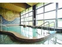 大浴場壁面にドイツ出身陶芸家のすばらしい陶壁を温泉に浸りながらゆっくり鑑賞してください。