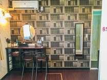 本が一面にずらりと並んでいるように見えるクラシカルな壁紙のお部屋☆