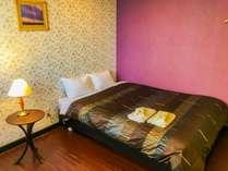 紫色の壁紙と地図の模様が描かれたファッショナブルなお部屋☆