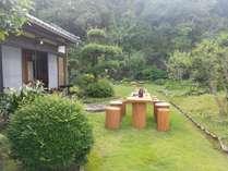 部屋から庭園へ出てお茶を飲めます