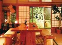 共用の居間から広い日本庭園に出て散歩もお楽しみ頂けます。