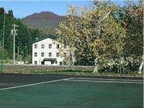 専用テニスコートとグレイシャーホテル