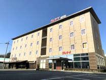 クレナイホテル外観「無料駐車場」もホテル敷地内に完備。お仕事や観光の拠点に!長期出張も大歓迎!