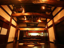 *古民家を移築した個室のお食事処「山草庵」。囲炉裏端のお料理を愉しむ