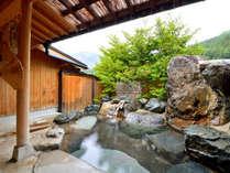 *岩の湯/*自然の風景をバックに入る岩の露天風呂が爽快。御影石の内湯とともにお愉しみ下さい。