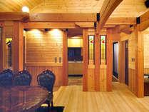 ホールは開放感がある吹抜けと天窓。ステンドグラスなどの間接照明でごゆっくりお過ごしください。