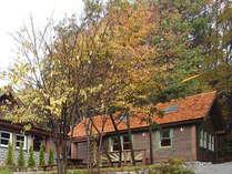 右の建物が一軒家の手作りコテージ。別荘気分でご利用になれます。