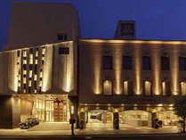 夜のホテル全景