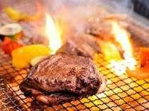 目の前で焼ける様が食欲をそそる炭火焼料理(一例)