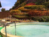 花に囲まれた露天風呂。天然温泉で疲れた体に自然の恵みを