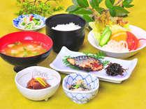 3つの小鉢とメイン1品で、バランス・ボリュームともに◎。1日のスタートは、≪みなと御膳≫から。