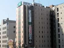 桜通りからご覧いただける大きな垂幕が目印です