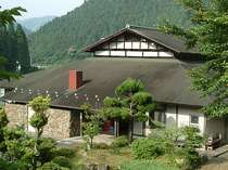 山並みが美しい上粟野村にある和知山の家。