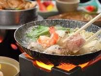 【夕食】蘭亭名物「山海里鍋」は、海や山、そして里の美味しい食材がたっぷり詰まった絶品鍋♪(一例)