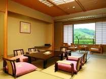 秋保の山里を一望できる広々としたお部屋でございます。