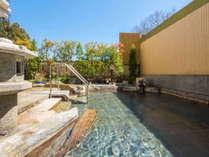 清涼な風を感じながら寛ぎのとき。男湯の庭苑野天風呂。