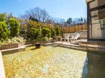 当館の温泉は、自家源泉で湯量たっぷりな軟らかいお湯(女性専用ガーデン野天風呂)