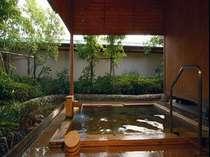 【庭園露天風呂】落ち着いた雰囲気の露天風呂ではヨード温泉がお楽しみいただけます。